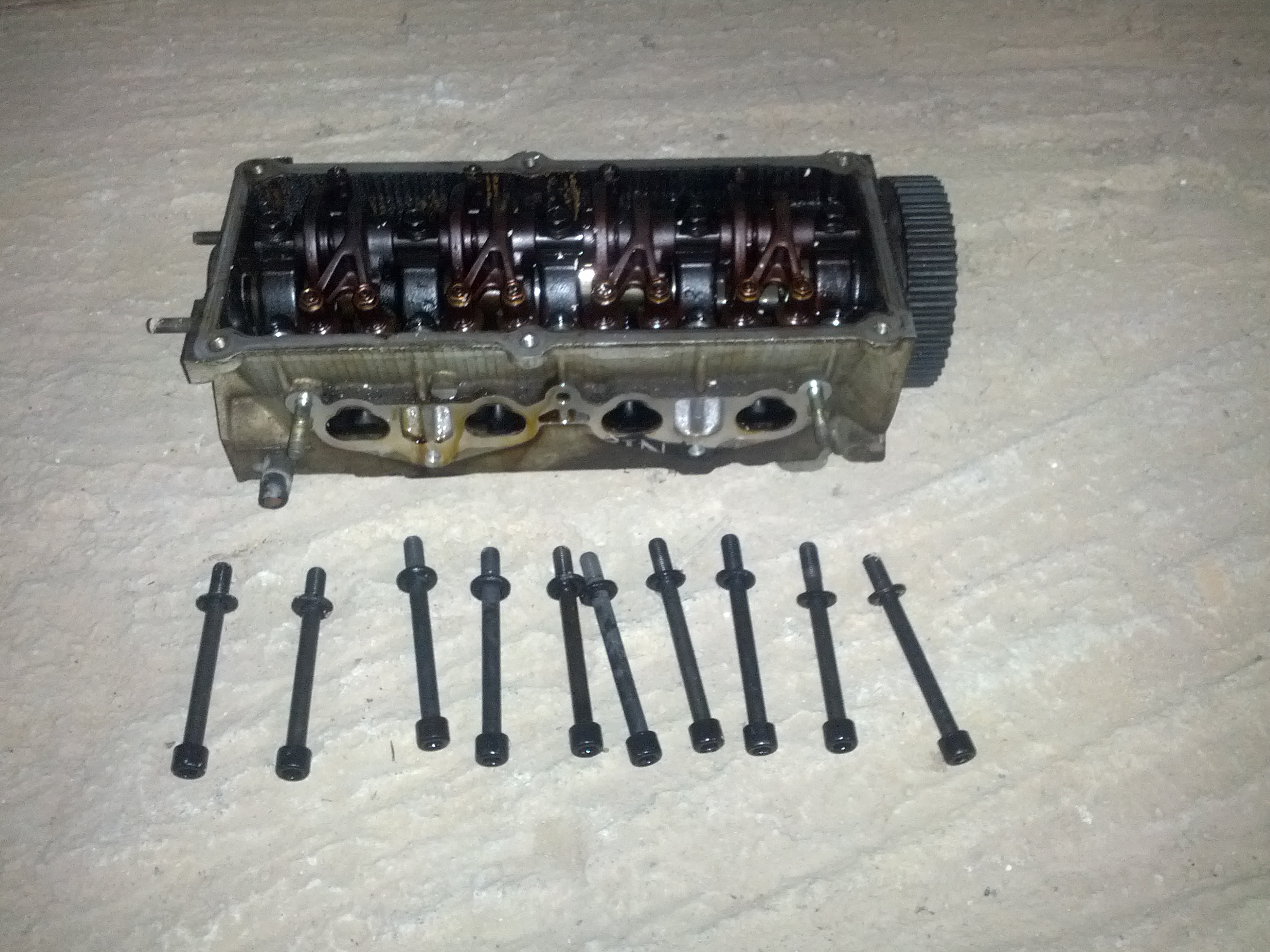 09-cylinder head with bolts